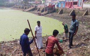 কাজিপাড়ায় কাউন্সিলরের উদ্যোগে চলছে পুকুর পরিস্কার-পরিছন্নতা
