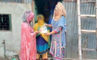 শবে বরাত উপলক্ষে কর্মহীনদের ঘরে খাদ্যদ্রব্য পৌঁছে দিলেন ছাত্রলীগ নেত্রী