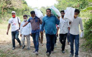 বাঞ্ছারামপুরের সাংবাদিকরা খাদ্যদ্রব্য পৌঁছে দিলেন অসহায় মানুষের ঘরে ঘরে