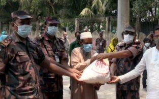 কসবায় বিজিবি'র পক্ষ থেকে কর্মহীন মানুষের মাঝে খাদ্য সামগ্রী বিতরণ