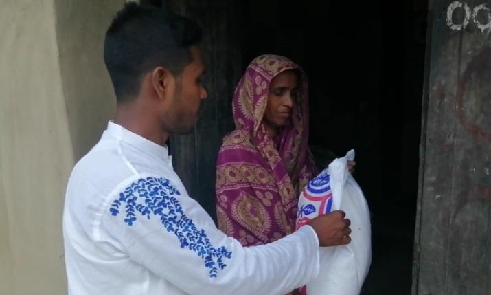 কর্মহীনদের বাড়িতে ইফতার খাদ্যসামগ্রী পৌঁছে দিল 'ঝরাপাতা'