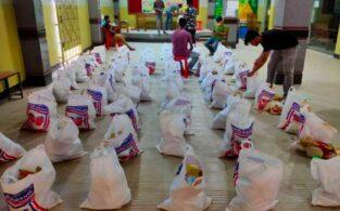 ঈদের খাদ্যসামগ্রীর সাথে মুরগীর টাকাও বাড়ি বাড়ি পৌঁছে দিলো 'হৃদয়ে ব্রাহ্মণবাড়িয়া'